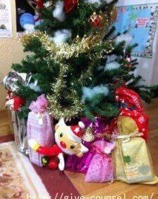 クリスマスツリーの周りのクリスマスプレゼント