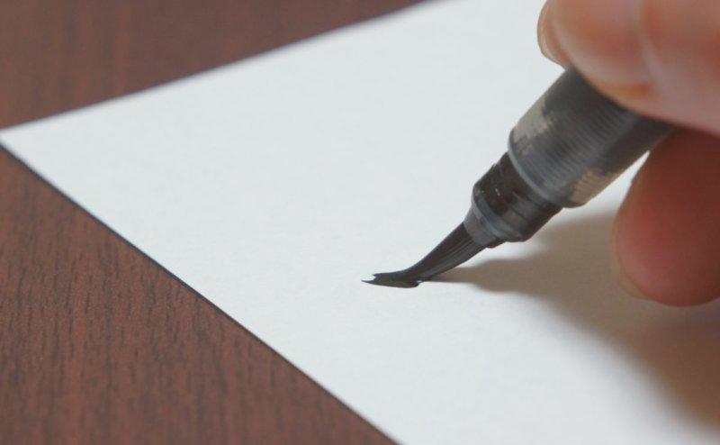 年賀状の返事を筆ペンで書く