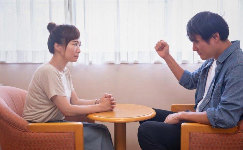 怒る男性と話を聞く女性