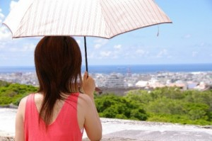 日傘で紫外線対策をする女性
