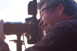 七五三の記念写真をとるカメラマン